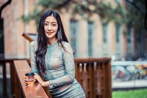 Фотография Азиатки Размытый фон Платье Улыбка Волос Смотрит девушка