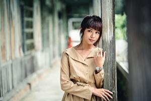 Фотография Азиатки Боке Позирует Плаще Рука Шатенки Смотрят молодые женщины