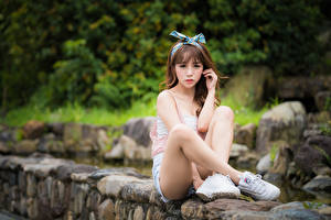 Картинка Азиатки Боке Сидящие Ног Бантики Шатенки Смотрит девушка