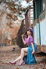 Фотография Азиатки Боке Сидящие Ног Юбки Блузка Шатенки Позирует девушка