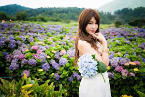 Картинки Азиаты Букеты Позирует Платье Руки Шатенки Смотрит молодые женщины