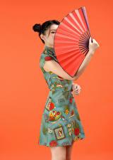 Обои Азиатки Цветной фон Руки Веер молодая женщина