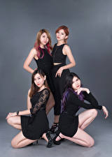 Фото Азиаты Сером фоне Позирует Четыре 4 Брюнетка Шатенка D' Soul девушка