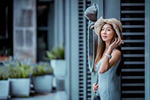 Фотография Азиатки Платья Рука Шляпы Шатенки Смотрит Боке