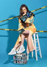 Фотография Азиаты Поза Стул Сидя Кимоно Очках девушка