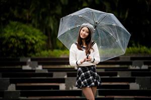 Картинка Азиатки Позирует Юбки Зонтом Шатенки Улыбается Смотрит девушка