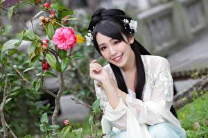 Фотографии Азиатки Сидящие Рука Брюнетки Прически Улыбается Красивая девушка