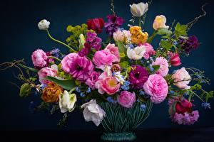 Обои для рабочего стола Букеты Розы Тюльпаны Ваза незабудки, ранункулюсы, желтушник Цветы