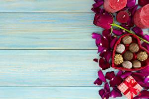 Обои Конфеты День святого Валентина Доски Шаблон поздравительной открытки Лепестки Еда
