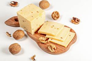 Фото Сыры Грецкий орех Сером фоне Разделочной доске Куб