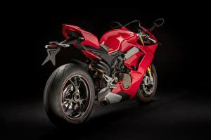 Картинки Дукати На черном фоне Красная Колеса Panigale V4 S, 2018 мотоцикл