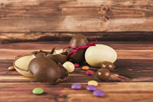 Фотографии Пасха Сладкая еда Шоколад Драже Доски Яйцо Пища
