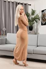 Обои Elle M Only Диван Блондинка Смотрят Платья Туфлях молодая женщина