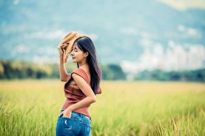 Картинки Поля Азиатки Боке Вид сзади Джинсов Рука Майки Шляпы девушка
