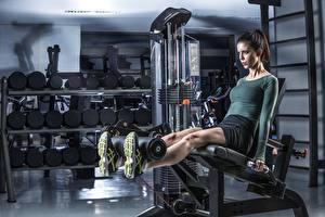 Картинки Фитнес Спортзал Ноги Тренируется спортивный