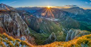 Картинки Франция Гора Пейзаж Солнце Трава Лучи света Pyrenees Природа