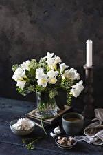 Картинки Фрезия Свечи Зефир Кофе Вазе Белая Кружки Сахара цветок