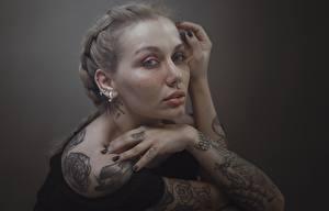 Фото Руки Татуировки Смотрят Русые Hosein Shirvani молодая женщина