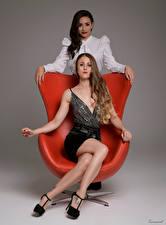 Обои для рабочего стола Кресло Сидит Двое Смотрят Ног Jen, Desi молодые женщины