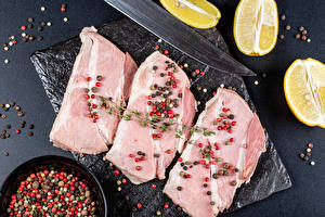 Фотография Мясные продукты Лимоны Специи Перец чёрный Разделочной доске Продукты питания