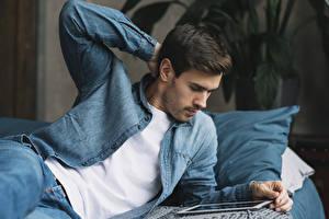 Фото Мужчины Планшетный компьютер Руки Джинсы Куртка