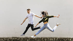 Обои для рабочего стола Мужчина 2 Прыгает Рука Шатенки Джинсов девушка