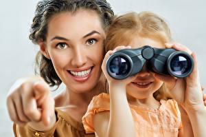 Обои для рабочего стола Мать Улыбается Девочки Смотрят binoculars молодые женщины