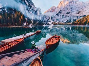 Обои для рабочего стола Горы Италия Озеро Лодки Причалы Отражение Lago di Braies, Dolomites Природа