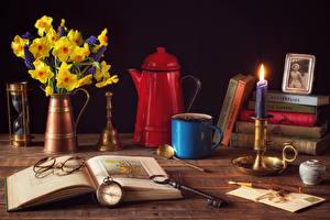 Фотография Натюрморт Нарциссы Часы Свечи Чайник Вазе Книги Очков Кружки Ключом