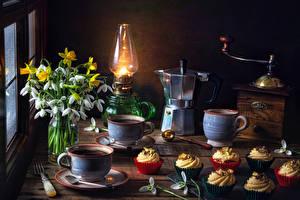 Картинка Натюрморт Галантус Нарциссы Керосиновая лампа Чайник Кофе Кофемолка Пирожное Чашке Цветы