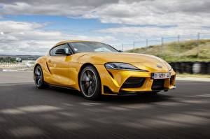 Обои Тойота Купе Металлик Желтая Движение 2019, GR Supra, A90, Gazoo Racing, mkV Автомобили
