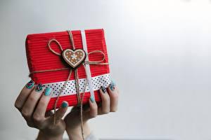 Картинка День всех влюблённых Пальцы Подарки Сердца Рука Маникюра Серый фон