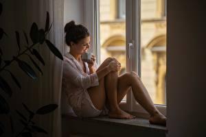 Фотографии Окна Сидящие Ног Шорт Чашке Улыбается девушка