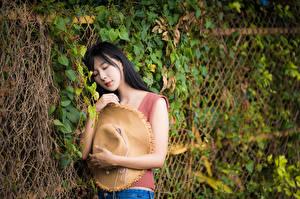 Фотография Азиаты Брюнетки Рука Майки Шляпы девушка