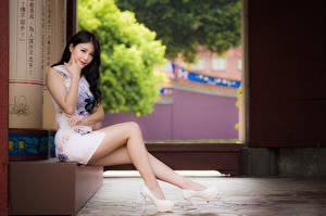 Фото Азиаты Брюнетка Сидя Ног Смотрит Красивые Девушки