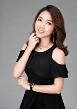 Картинка Азиаты Платье Руки Улыбка Шатенки Смотрят молодые женщины