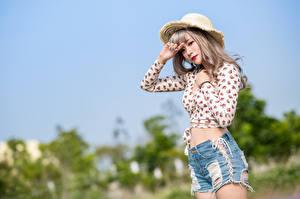 Картинки Азиатки Шляпы Шорты Блузка Смотрят Боке молодая женщина