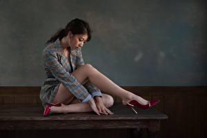 Фотографии Азиатка Стола Сидит Платье Туфлях Ног молодая женщина