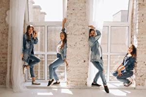 Обои Шатенка Танцует Улыбается Джинсы Четыре 4 молодые женщины