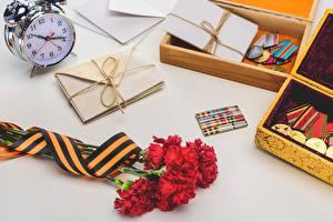 Обои Гвоздика Праздники Будильник Часы День Победы цветок