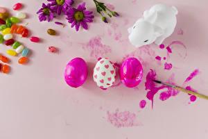 Картинка Пасха Конфеты Драже Кролик Яйца Кисточки Кисть Розовый фон Еда