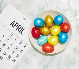 Фотографии Пасха Яйцами Тарелке Разноцветные Календари Еда