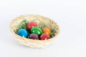 Фото Пасха Белым фоном Корзина Яйца Разноцветные Еда