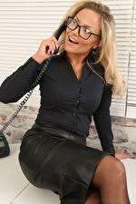 Картинки Elsa Royce Секретарша Блондинки Телефона Сидящие Очки Руки Девушки