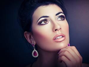 Фотография Глаза Вблизи Лица Брюнеток Серег Руки Мейкап Красивые молодая женщина