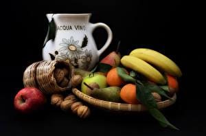 Фотография Фрукты Бананы Яблоки Орехи Груши Мандарины Натюрморт Черный фон Кувшин Еда