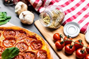 Картинки Чеснок Томаты Пицца Специи Колбаса Разделочной доске Банке