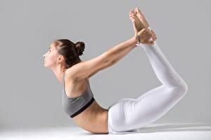 Фото Гимнастика Фитнес Йогой Поза Растяжка упражнение Ног спортивные Девушки