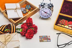 Обои для рабочего стола Праздники Гвоздики Будильник Часы День Победы Медаль Цветы