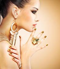 Фото Украшения Цветной фон Лицо Сбоку Серег Руки Маникюр Модель молодые женщины